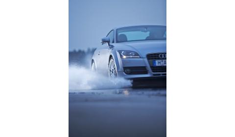 Lyjant lietui saugokitės akvaplanavimo: kaip suvaldyti slystantį automobilį?
