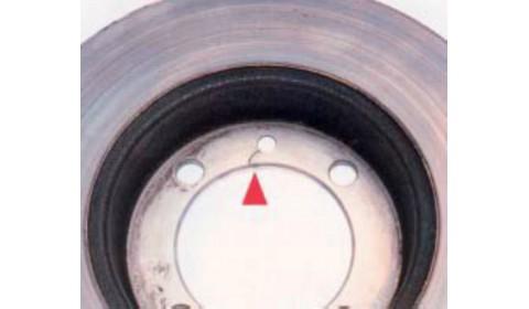 Pęknięcie części mocującej tarczy w wyniku dokręcenia za dużym momentem śruby pozycjonującej tarczę hamulcową