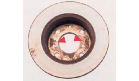 Zanieczyszczona, uszkodzona lub skorodowana płaszczyzna styku części mocującej tarczy hamulcowej i piasty koła